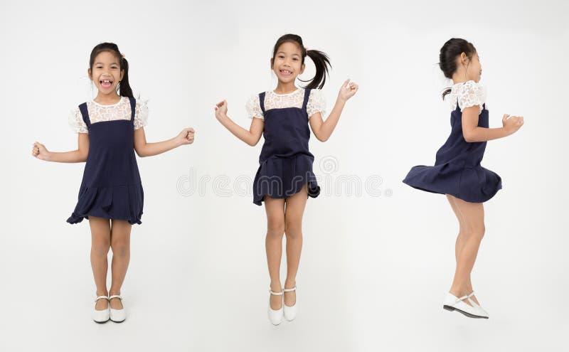 Группа в составе портрета азиатская милая девушка скачет с стороной улыбки стоковые изображения