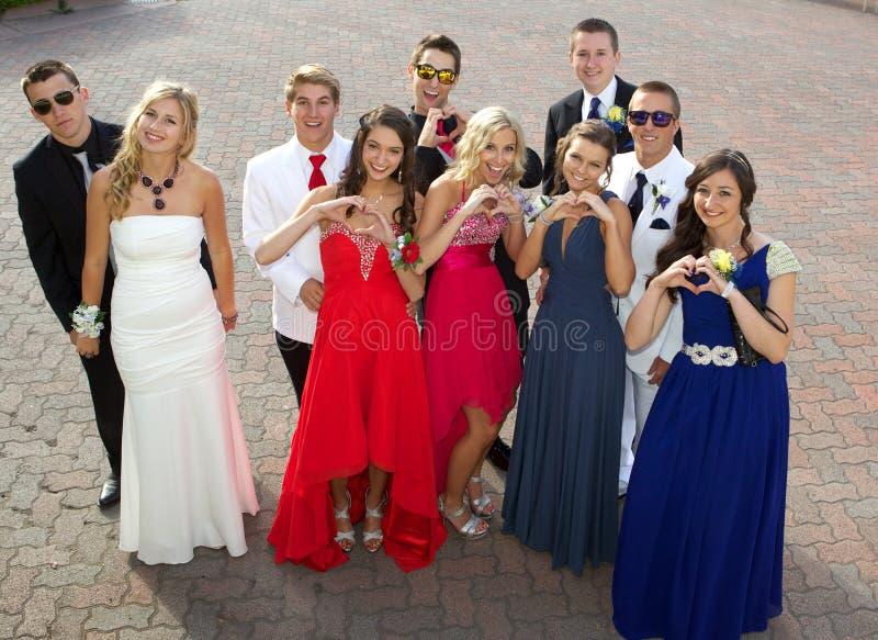 Группа в составе подростки на выпускном вечере представляя для фото стоковые фотографии rf