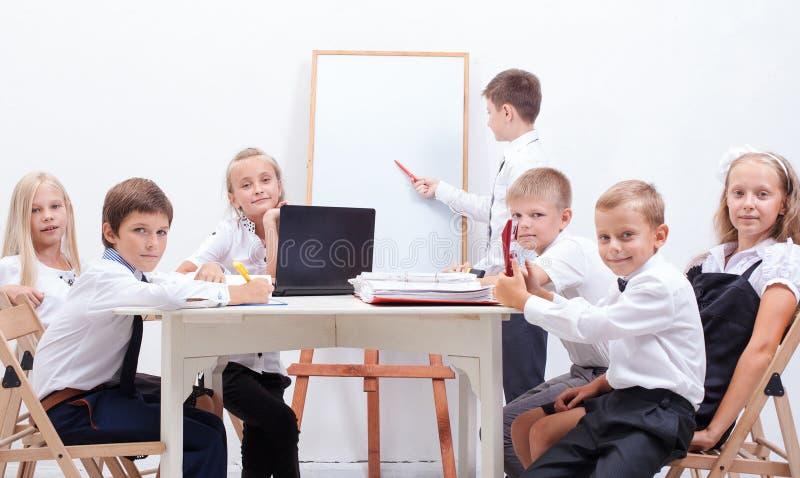 Группа в составе подростки сидя в деле стоковое фото
