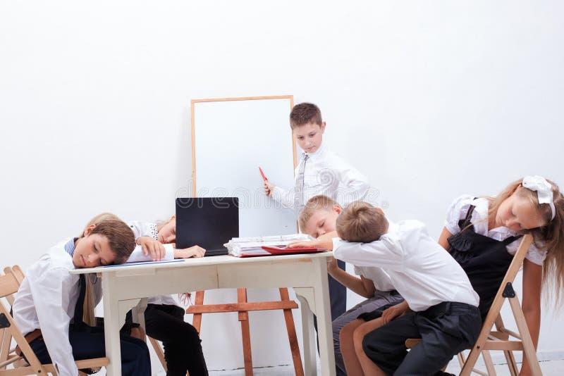 Группа в составе подростки сидя в деле стоковые изображения rf