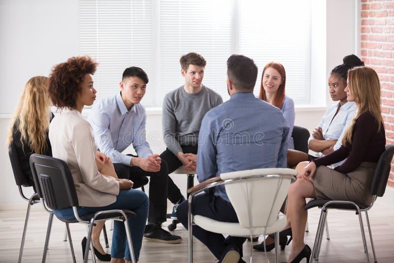 Группа в составе предприниматели сидя на стуле стоковые фотографии rf