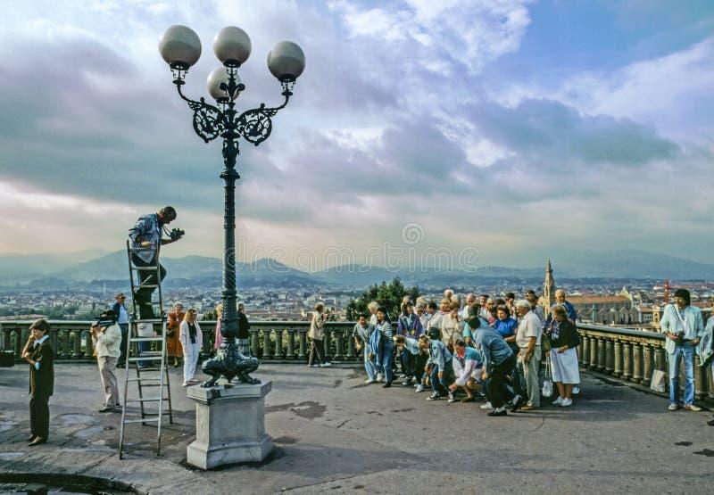 Группа в составе престарелое гордо представить для фотографа с горизонтом Флоренс стоковое изображение rf