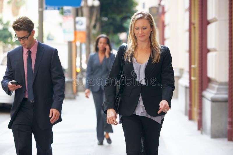 Группа в составе предприниматели идя вдоль улицы стоковое фото rf