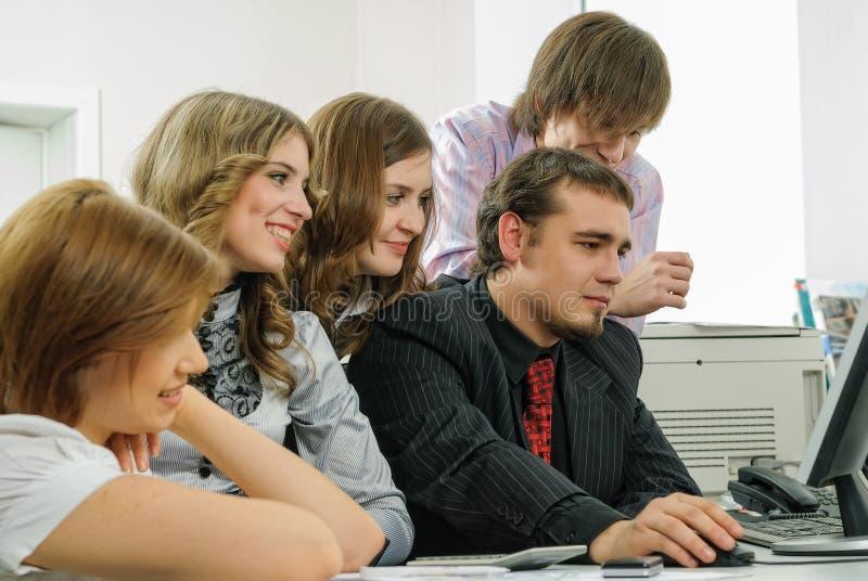 Группа в составе предприниматели работая с ПК в офисе стоковое изображение rf