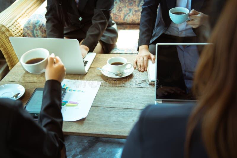 Группа в составе работа работника co дела совместно в офисе с sipping стоковая фотография