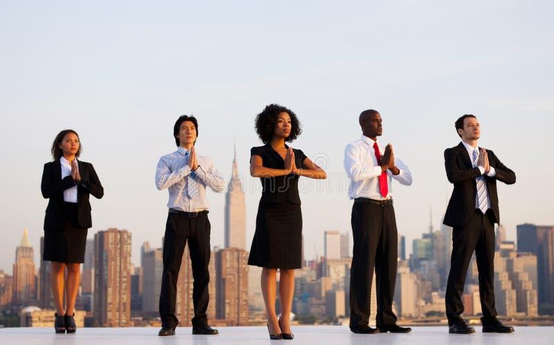Группа в составе работники офиса делая внешнюю йогу стоковое фото rf
