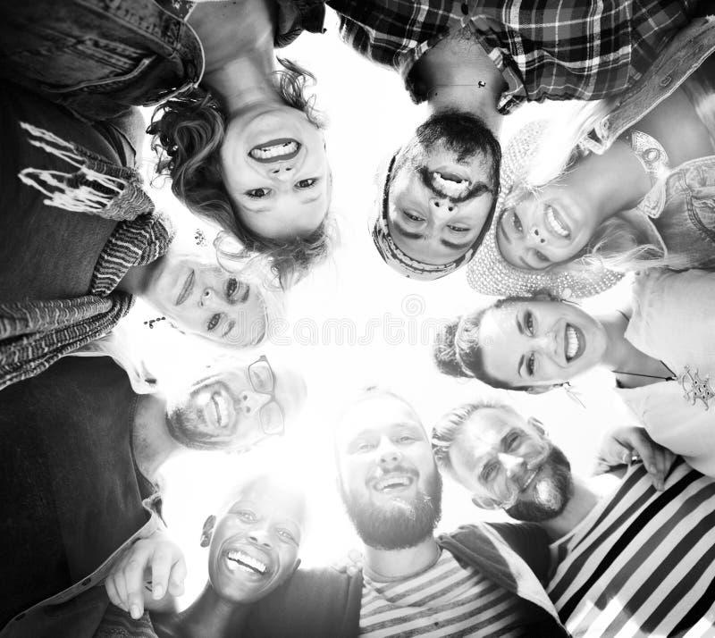Группа в составе разнообразная концепция лета друзей стоковые изображения