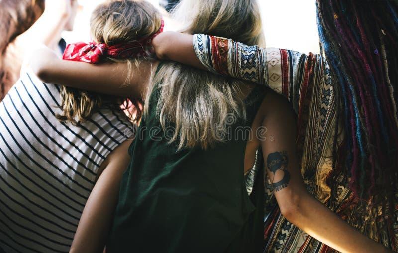 Группа в составе разнообразное перемещение друзей на поездке совместно стоковое изображение