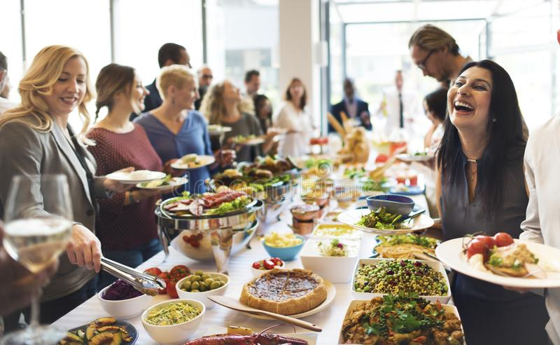 Группа в составе разнообразные люди имеет обед совместно стоковые фотографии rf