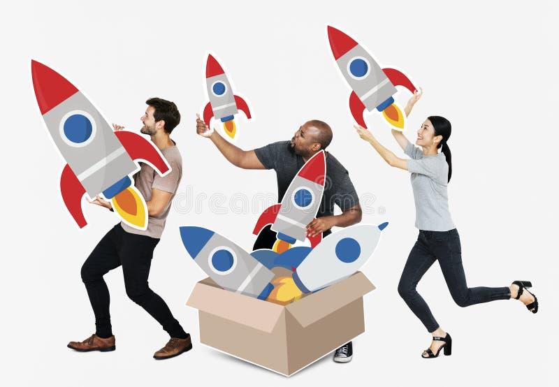 Группа в составе разнообразные люди с ракетами в коробке стоковые изображения
