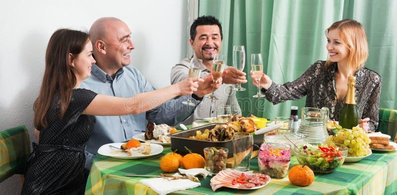 Группа в составе друзья есть на праздничной таблице стоковое изображение