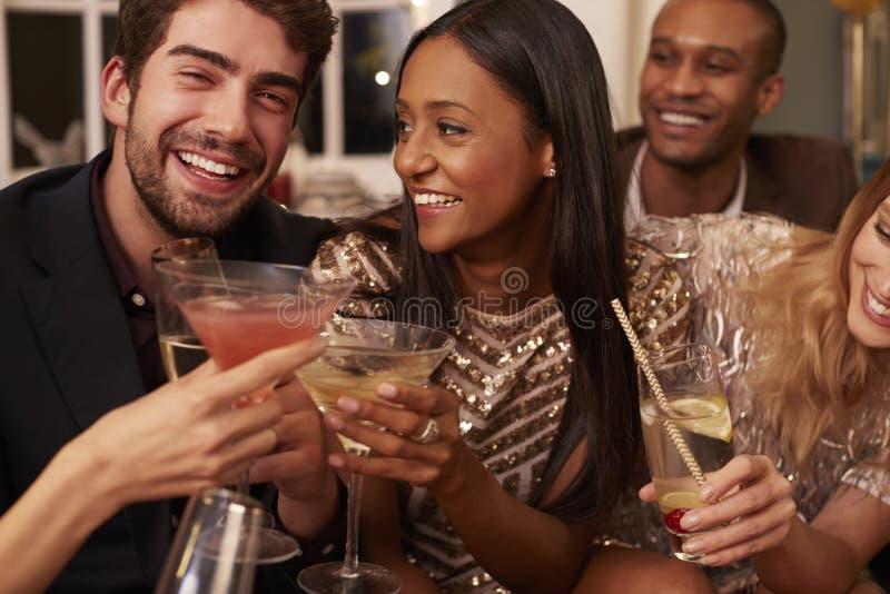 Группа в составе друзья с пить наслаждаясь партией коктеиля стоковое фото rf