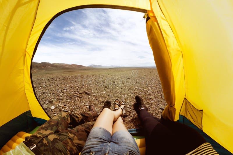 Группа в составе 3 друз отдыхая в шатре стоковые изображения