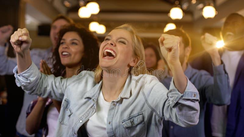 Группа в составе руки сторонников поднимая, ободрение чемпионата, спортивное мероприятие, потеха стоковая фотография