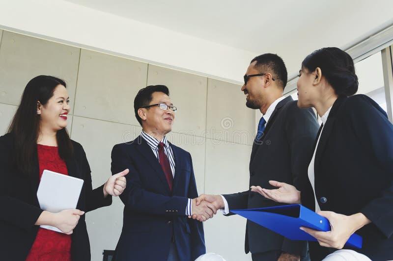 Группа в составе рукопожатия бизнесмены дела приветствию стоковые фото