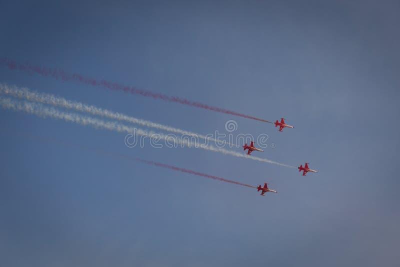 Группа в составе 4 самолета в небе стоковая фотография rf