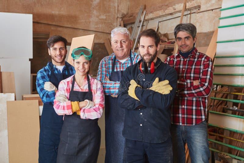 Группа в составе сведущие и успешные плотники стоковые фото