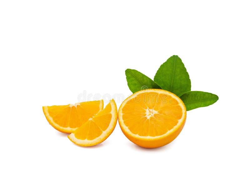 Группа в составе свежие оранжевые плоды с зелеными листьями, изолированная на белой предпосылке с путем клиппирования дисплей про стоковая фотография