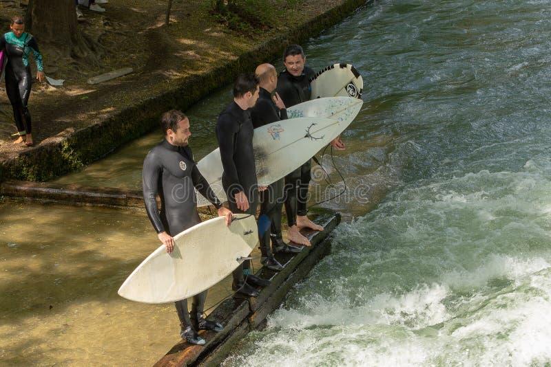 Группа в составе серферы готовя стоковая фотография rf