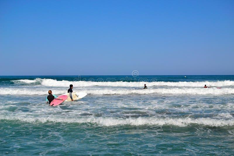 группа в составе серферы занимаясь серфингом inTorremolinos, Коста del Sol, Испания стоковая фотография