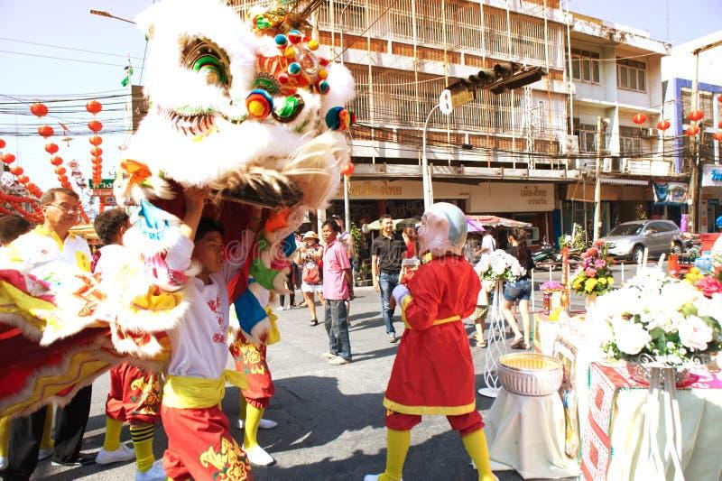 Группа в составе совершители танцев льва во время торжества стоковые фото