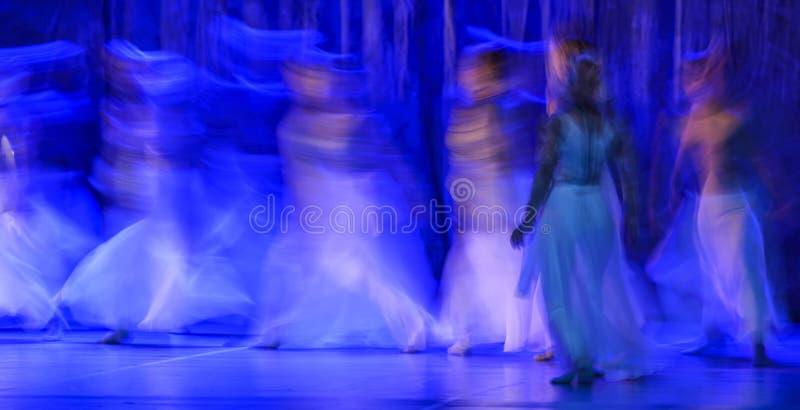 Группа в составе современные танцоры выполняя на этапе стоковое изображение