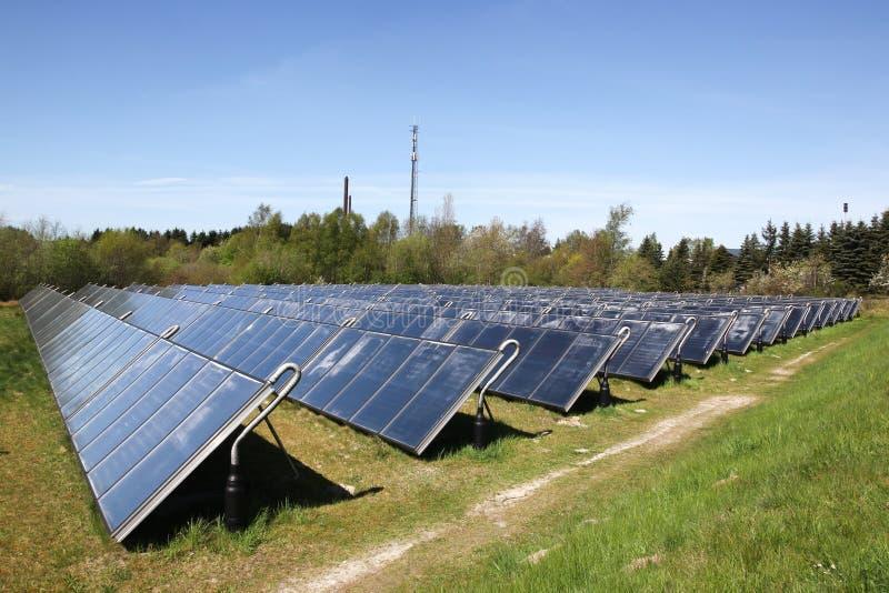 Группа в составе солнечные панели тепловой энергии стоковые изображения rf