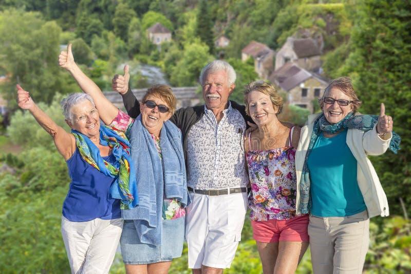 Группа в составе старшая концепция счастья друзей выхода на пенсию на праздниках, в природе, предпосылка леса стоковые фотографии rf