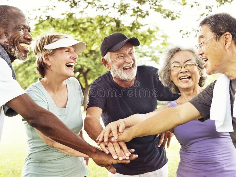 Группа в составе старший выход на пенсию работая концепцию единения стоковая фотография