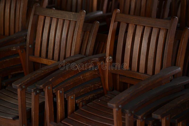 Группа в составе старые античные деревянные стулья стоковое фото