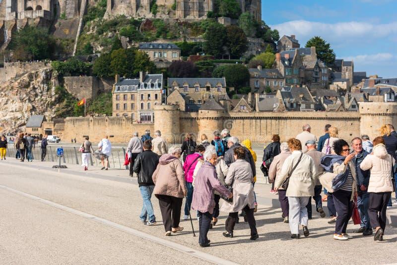 Группа в составе старые люди посещая монастырь Мишеля Святого Mont стоковое фото