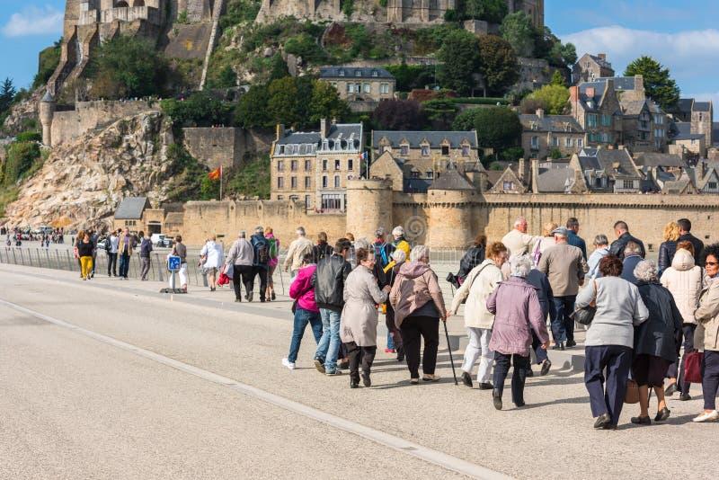 Группа в составе старые люди посещая монастырь Мишеля Святого Mont стоковые фото
