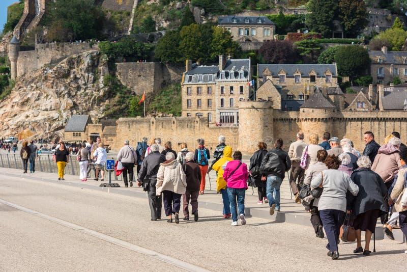 Группа в составе старые люди посещая монастырь Мишеля Святого Mont стоковые изображения rf