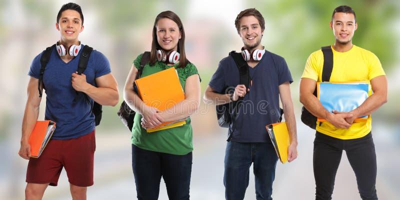 Группа в составе студенты изучает молодые людей знамени городка образования стоковые фото