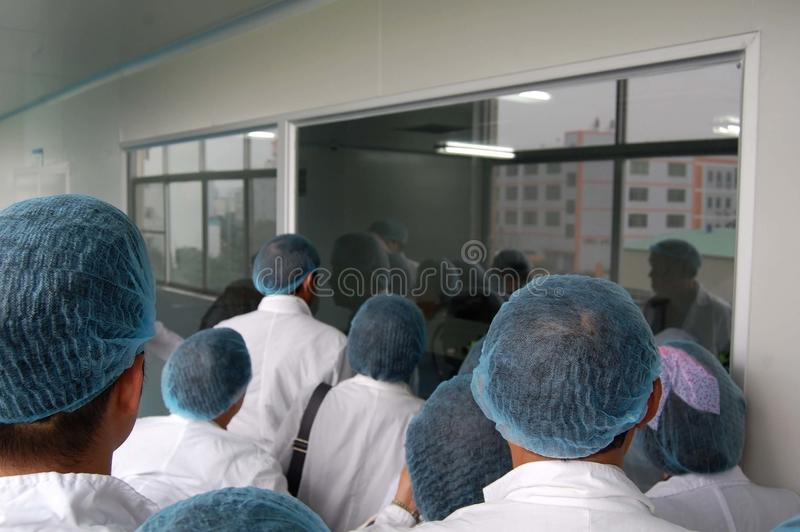 Группа в составе студенты в лаборатории стоковое изображение