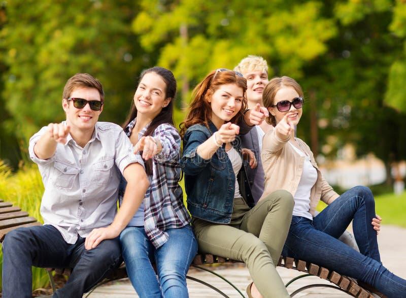 Группа в составе студенты или подростки указывая пальцы стоковое фото