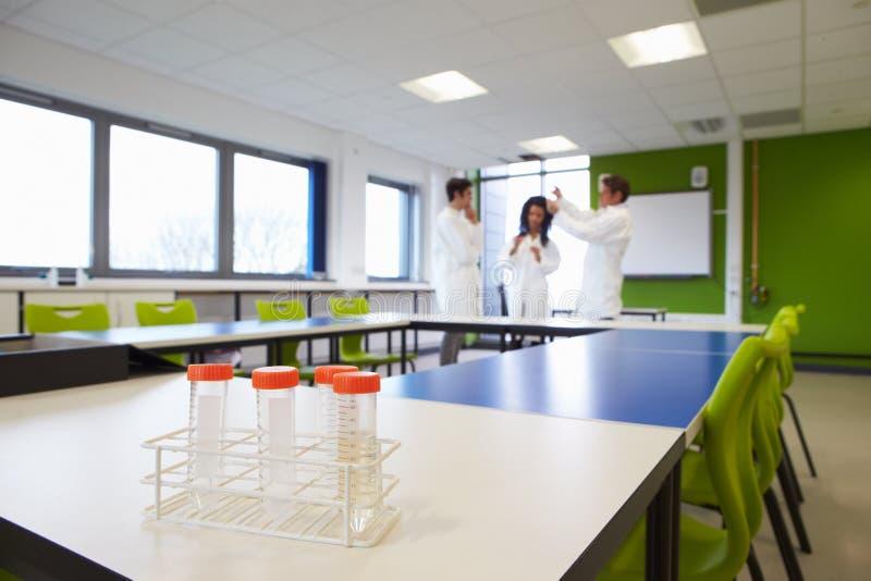 Группа в составе студенты колледжа в классе науки с экспериментом стоковое изображение