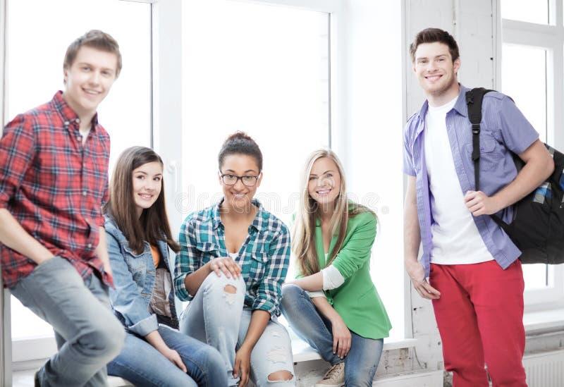 Группа в составе студенты на школе стоковое изображение rf