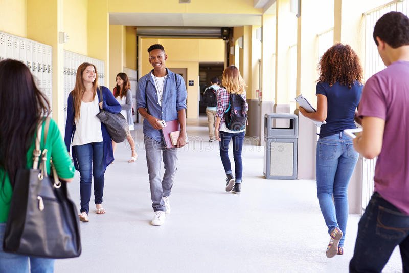 Группа в составе студенты средней школы идя вдоль прихожей стоковые изображения