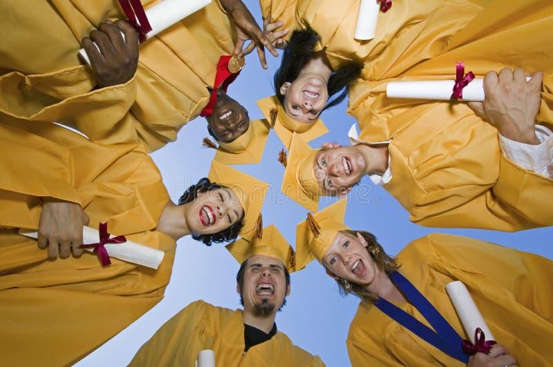 Группа в составе студент-выпускники формируя груду стоковая фотография rf