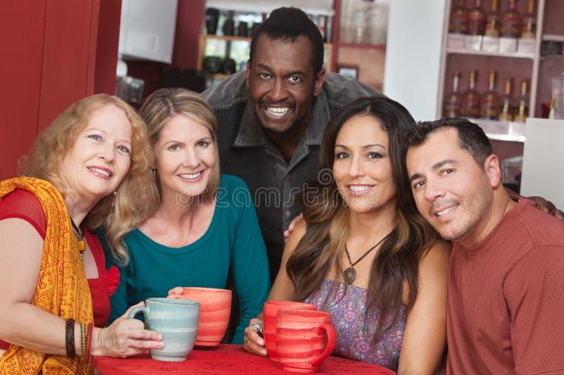 Группа в составе счастливые возмужалые люди стоковая фотография rf
