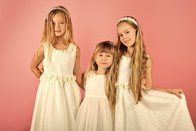 Группа в составе счастливые дети в праздничных одеждах на розовой предпосылке Праздники, рождество, Новый Год, свадьба, концепция стоковые изображения
