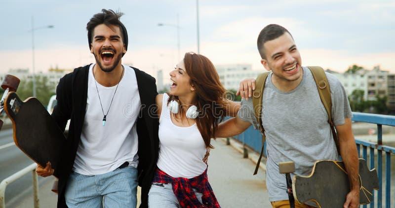 Группа в составе счастливые друзья висит вне совместно стоковые фотографии rf
