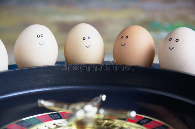 Группа в составе счастливые друзья яя делает пари gambiling в казино игрушки стоковая фотография rf