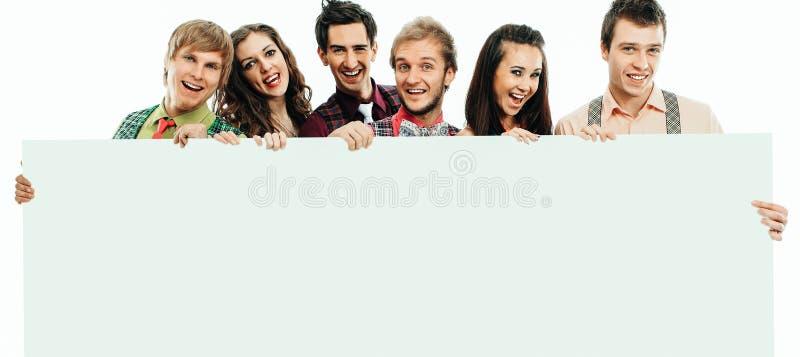 Группа в составе счастливые люди со знаменем r стоковые изображения