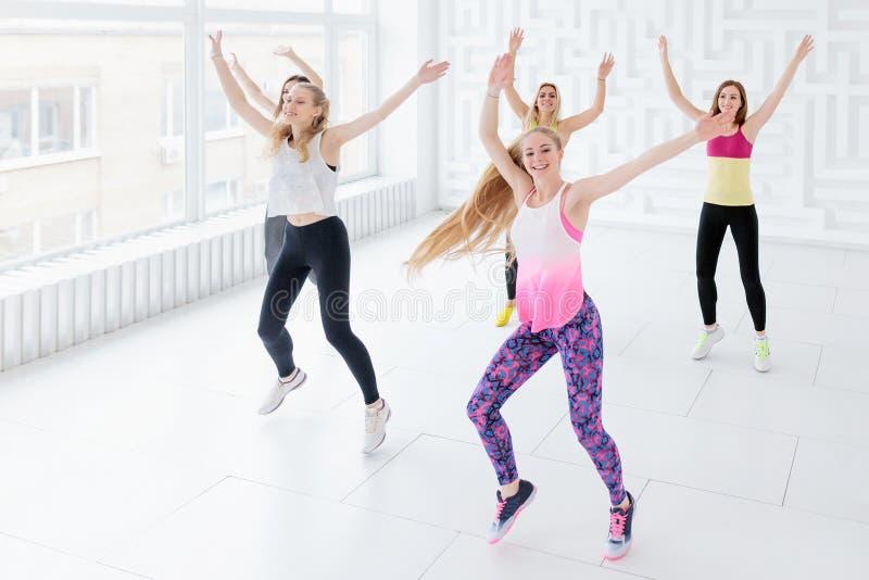 Группа в составе счастливые молодые женщины имея танц-класс фитнеса стоковое фото rf