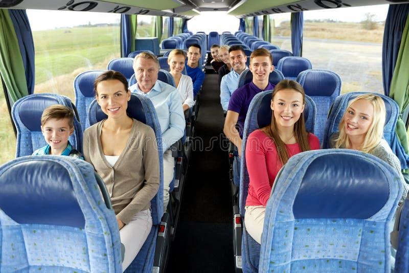 Группа в составе счастливые пассажиры путешествуя автобусом стоковое изображение