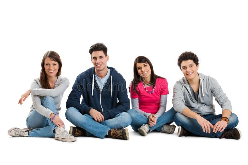 Группа в составе счастливые ся друзья стоковое изображение rf