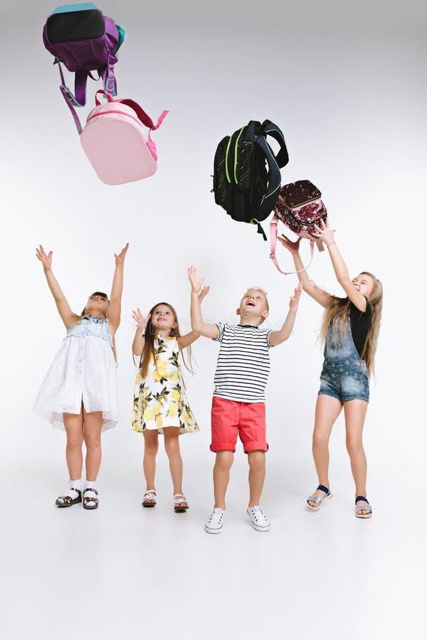 Группа в составе счастья милые и прелестные студенты назад в школу стоковые фото