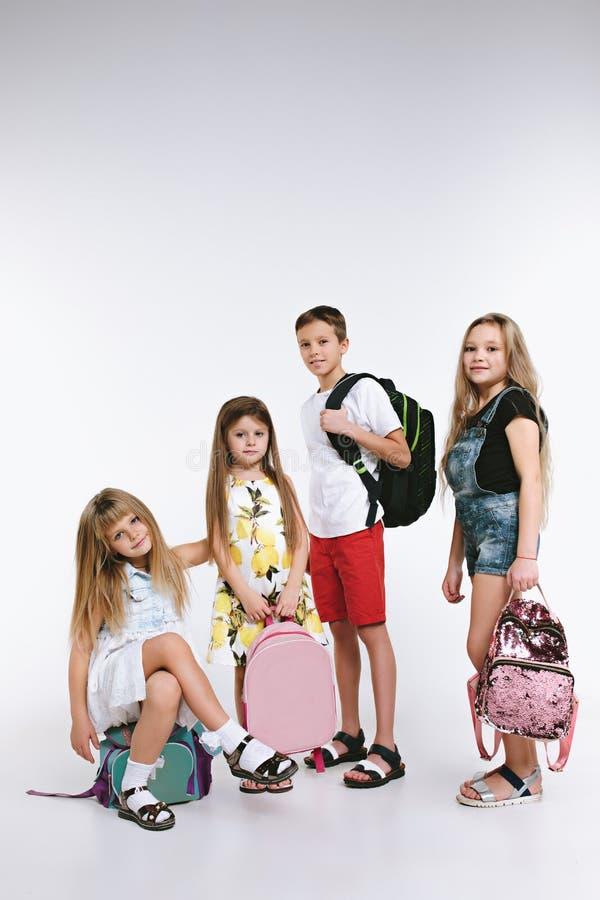 Группа в составе счастья милые и прелестные студенты назад в школу стоковые изображения rf
